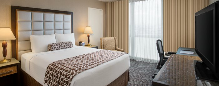 queen bed Crowne Plaza SFO Airport Hotel
